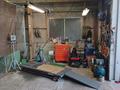 修理、整備はここで行います。バイクリフト、タイヤチェンジャー等工具も揃っています。