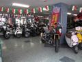 明るい店内に、50cc~ビッグバイクを多数展示!