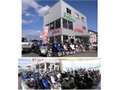 大津店は認証工場があります。展示台数は常時100台以上在庫があります。2階フロアーにも展示場があります。