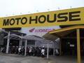 こちらの黄色い看板が目印!店頭にはバイクもずらっと並べております。