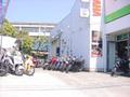 店舗横に中古車を展示。店内ではカワサキの新車を展示しております。