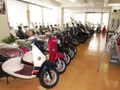 2Fの展示スペースです。最新の新車のスクーター、バイク、中古車の展示はコチラになります。