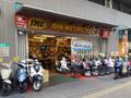 店前にはスクーターがズラリ!ホンダ・ヤマハ・スズキ・PGO・SYM・KIMCO正規取扱店です。