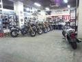 広い店内、店頭に無いバイクの取り寄せも行っております。