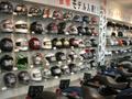 Arai、SHOEIからストリートヘルメットまで常時100種類のカラーバリエーションからお選び下さい