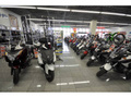 国内4メーカー、アプリリア・モトグッチ、ベスパ、ピアジオの最新バイクをズラリと展示しております!