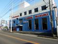 国道51号線沿い鮮やかなブルーを基調とした大きな店舗です。お車でもオートバイでも気軽にお立ち寄りください!