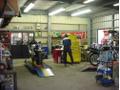 リーンウィズのサービス工場は、広いサービスピットです。車検・修理・カスタムお任せください。