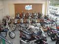 1F、2Fフロアに大型中古車が展示! 1Fから3Fまで50ccから125ccまでを主に展示中! お探しのバイクがきっとみつかります!